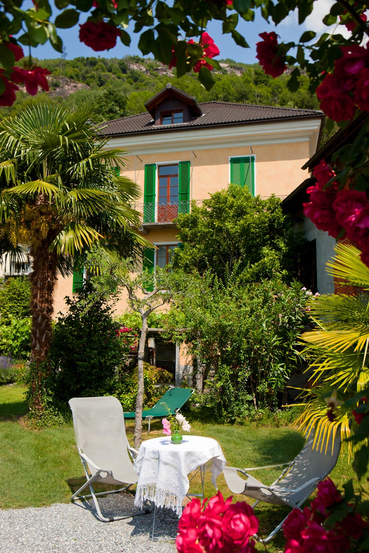 casa gialla giardino