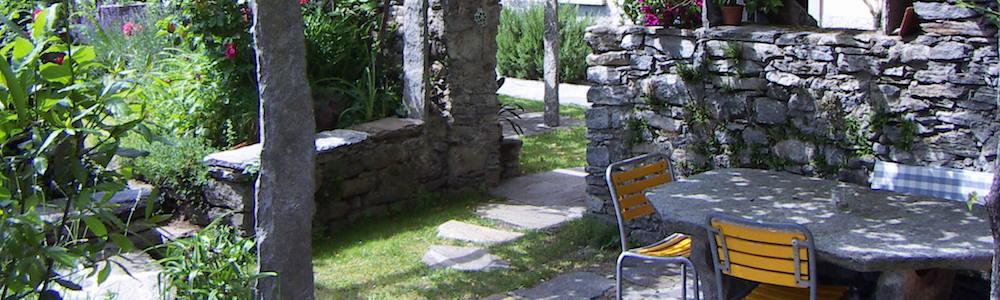 casa gialla-tavolo-giardino-granito